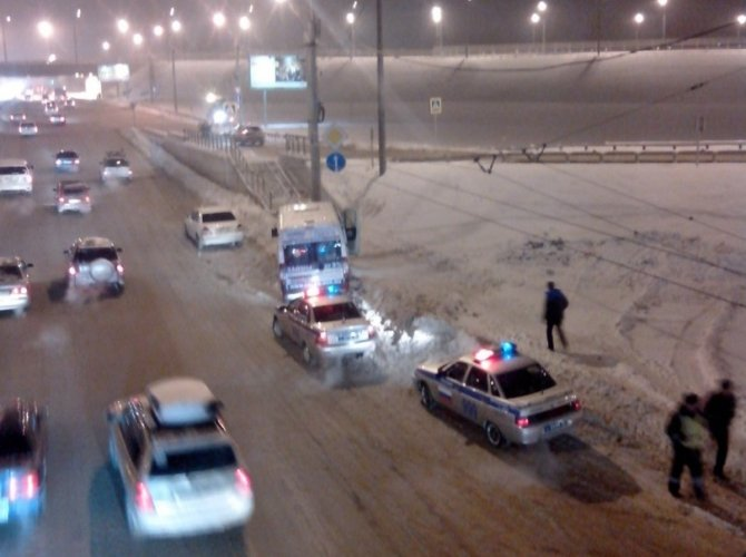 В Новосибирске при столкновении маршрутки со столбом пострадали три человека.jpg
