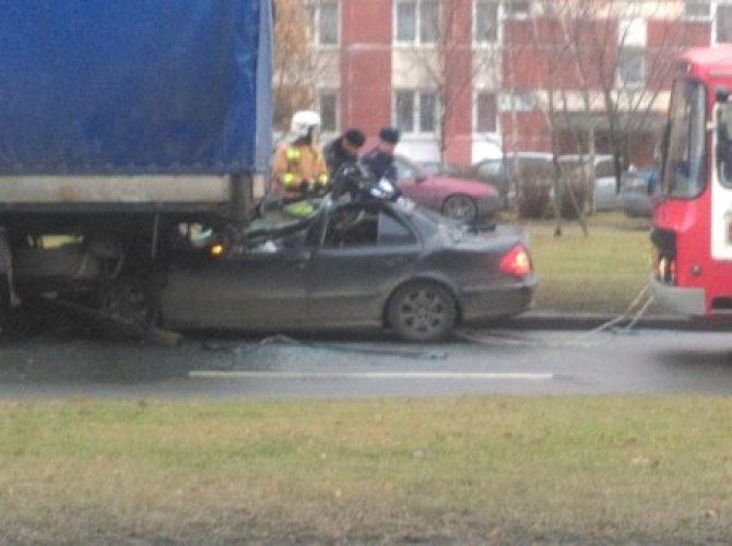 На Вербной улице Mercedes въехал под фуру 4.jpg
