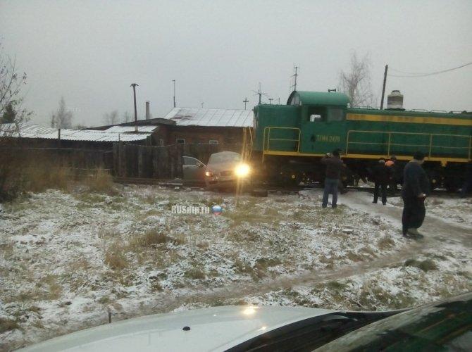 В Ивановской области тепловоз протаранил Jaguar 5.jpg