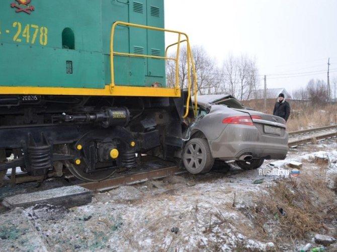В Ивановской области тепловоз протаранил Jaguar 2.jpg