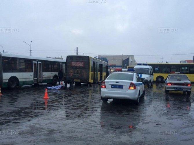 Кондуктор погибла под колесами маршрутки в Петербурге.jpg