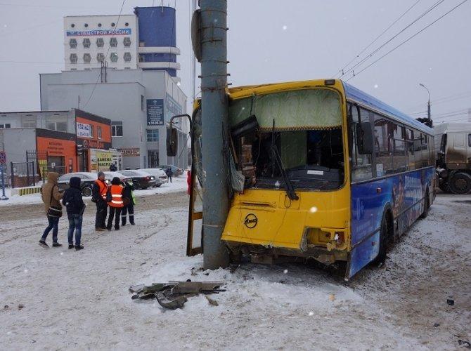 В Ижевске автобус врезался в столб: пострадало 13 человек 2.jpg