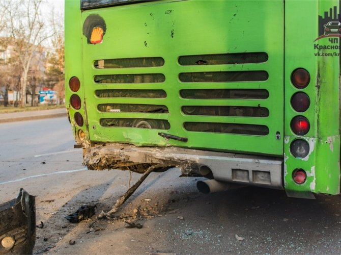 В Красноярске пьяный водитель врезался в автобус 6.jpg