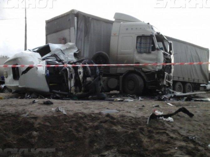 В Волгограде в ДТП с маршруткой и грузовиком погиб мужчина и ребенок 4.jpg