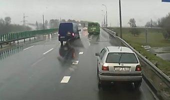 Авария с торопливыми автобусами на кольцевой автодороге вокруг Минска