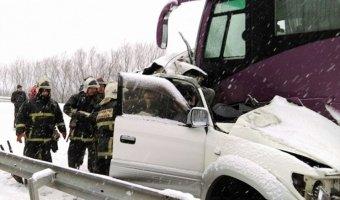 На Сахалине Toyota врезалась в автобус с детьми: три человека погибли