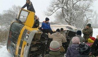 В Приморье школьный автобус перевернулся на заснеженной трассе