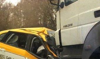 При столкновении фуры и такси в Подмосковье погибли двое