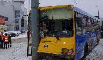 В Ижевске автобус врезался в столб: пострадало 13 человек