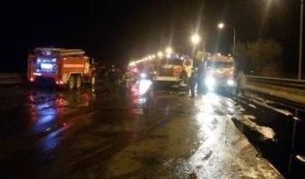 Под Самарой в ДТП погиб водитель бензовоза, произошла утечка нефти