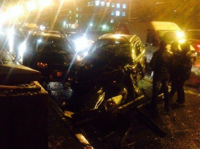 В Петербурге КАМАЗ упал на машины 2.jpg