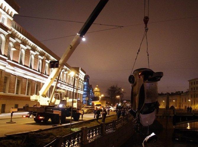 Возле Поцелуева моста в реку упал автомобиль 6.jpg