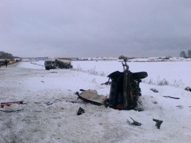 Под Богдановичем на трассе Тюмень - Екатеринбург в ДТП погибли три человека (5).jpg
