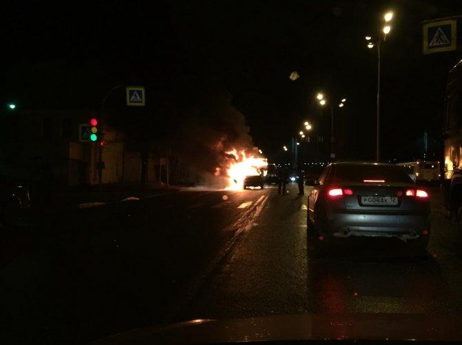 На Октябрьской набережной горели мусоровоз и легковушка (3).jpg