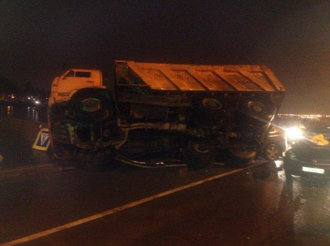 В Петербурге КАМАЗ упал на машины 4.jpg