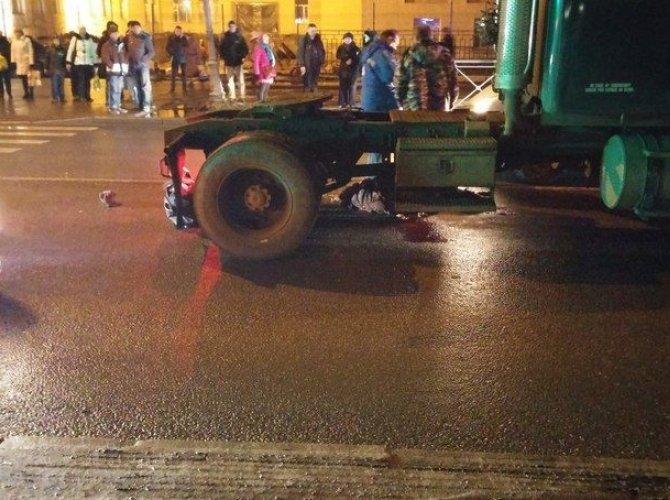 В Красном Селе под колесами грузовика погибла женщина 1.jpg
