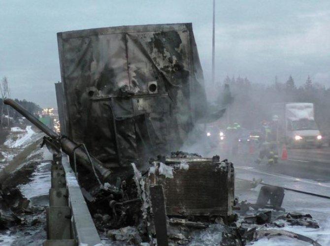 На Киевском шоссе в ДТП погиб водитель фургона.jpg