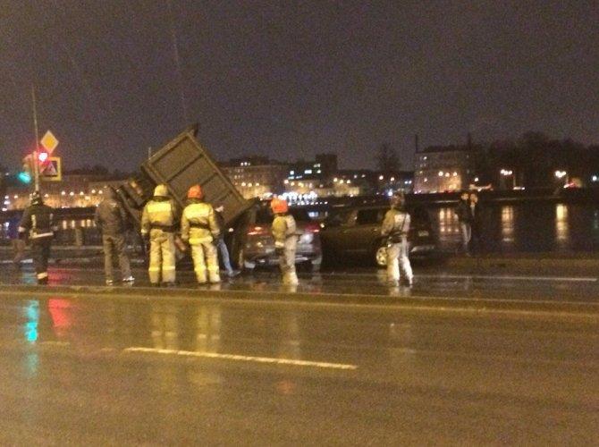 В Петербурге КАМАЗ упал на машины 3.jpg