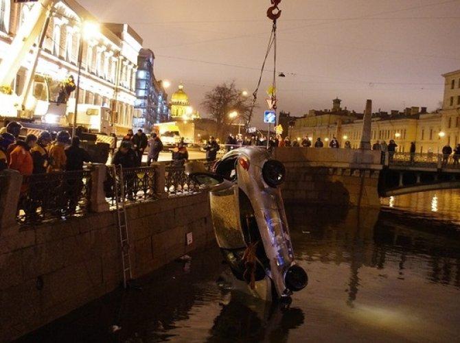Возле Поцелуева моста в реку упал автомобиль 5.jpg
