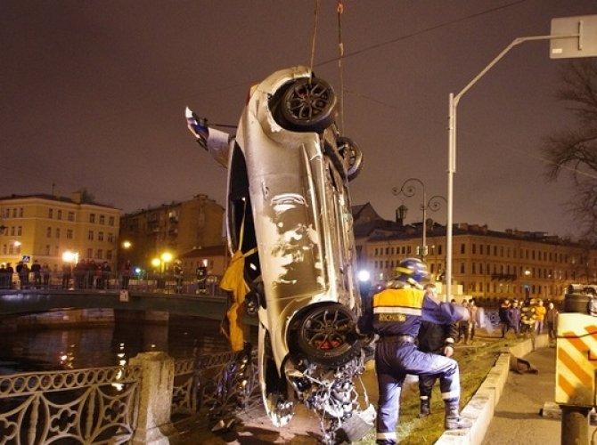 Возле Поцелуева моста в реку упал автомобиль 3.jpg