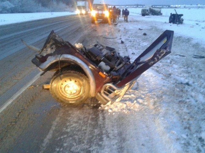 Под Богдановичем на трассе Тюмень - Екатеринбург в ДТП погибли три человека (2).jpg
