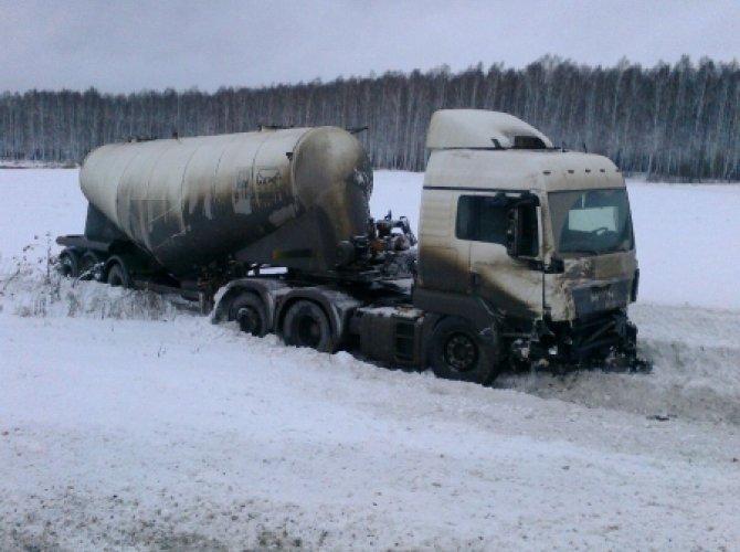 Под Богдановичем на трассе Тюмень - Екатеринбург в ДТП погибли три человека (3).jpg