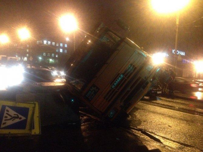 В Петербурге КАМАЗ упал на машины 1.jpg