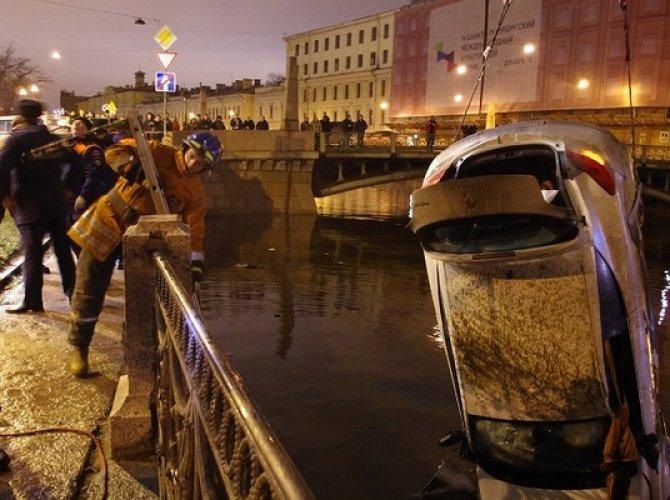 Возле Поцелуева моста в реку упал автомобиль 1.jpg