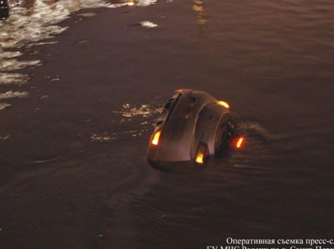 Возле Поцелуева моста в реку упал автомобиль 7.jpg