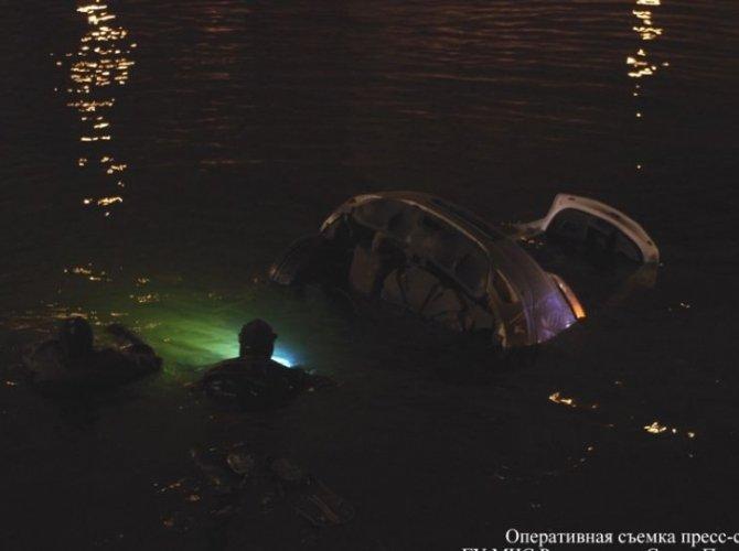 Возле Поцелуева моста в реку упал автомобиль 4.jpg