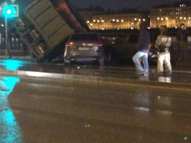 В Петербурге КАМАЗ упал на машины 5.jpg