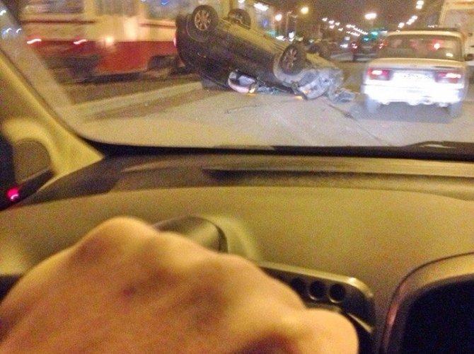 В Петербурге из перевернувшегося внедорожника сбежал водитель (2).jpg