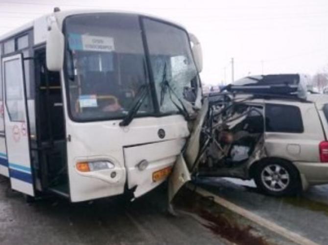 В ДТП с автобусом под Новосибирском погиб человек.png