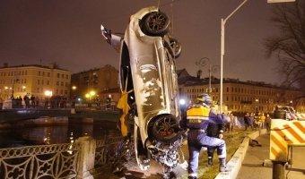 Возле Поцелуева моста в реку упал автомобиль