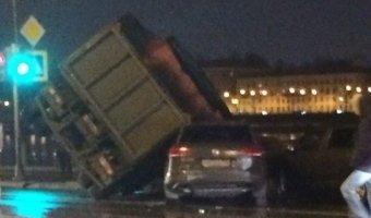 В Петербурге КАМАЗ упал на машины