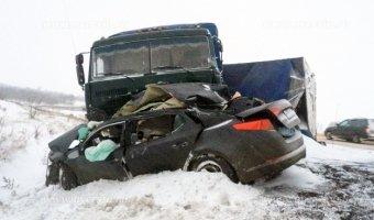 Под Саратовом в ДТП с КАМАЗом погибли четыре человека