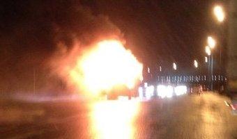 На Октябрьской набережной горели мусоровоз и легковушка