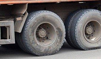 Под Саратовом иномарка насмерть сбила двух мужчин, менявших колесо у КАМАЗа