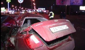 ДТП в Киеве - автомобиль Chevrolet на большой скорости врезался в осветительный столб