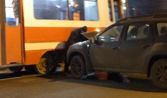 Торопливый водитель на Renault Duster врезался в трамвай на Политехнической улице