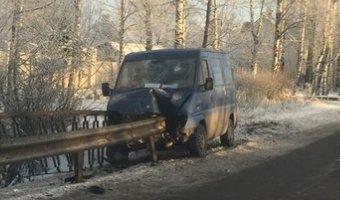 В Пушкине отбойник проткнул фургон