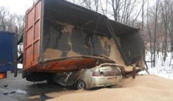 Прицеп КАМАЗа раздавил легковой автомобиль с водителем