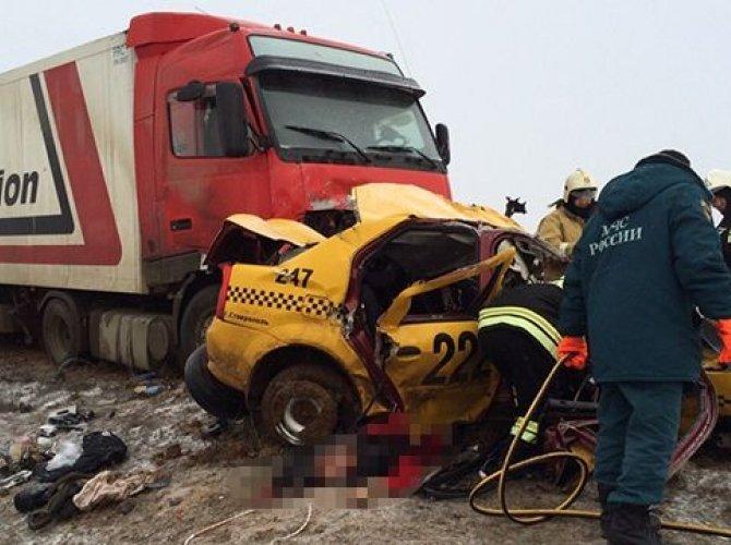В Калмыкии фура раздавила такси с пассажирами (2).jpg