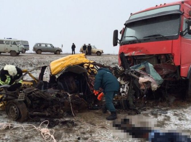 В Калмыкии фура раздавила такси с пассажирами (3).jpg