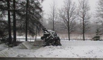 В Новгородской области погиб водитель, врезавшись в мемориал воинской славы