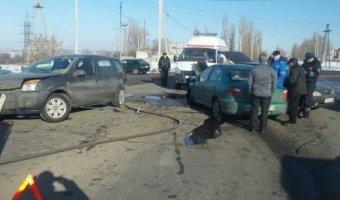 В массовом ДТП под Воронежем пострадали три человека