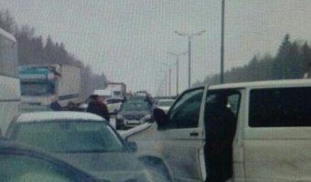 На Киевском шоссе массовое ДТП с 20 автомобилями