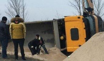 Под Светлогорском перевернулся грузовик