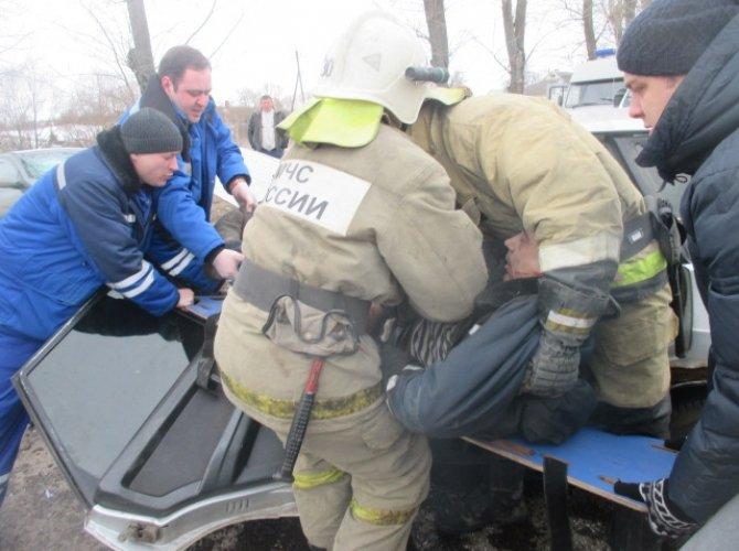 В Узловой после ДТП водителя «вырезали» из автомобиля (2).jpg