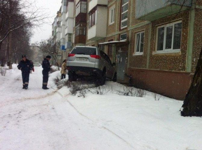 Автоледи врезалась в дом в Тульской области (1).jpg